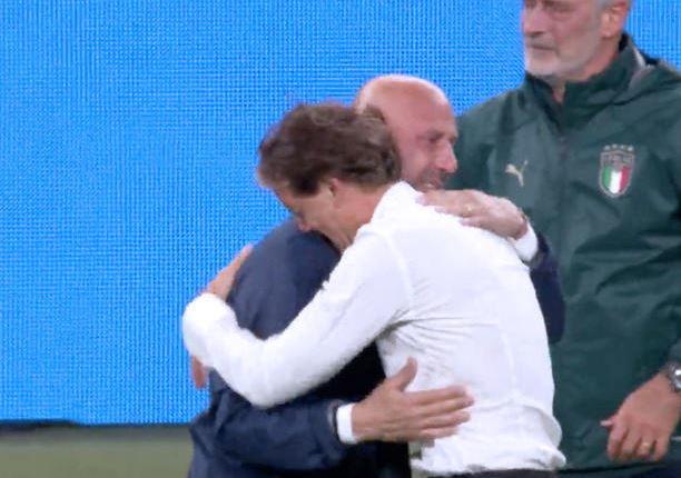 l'abbraccio tra Vialli e Mancini